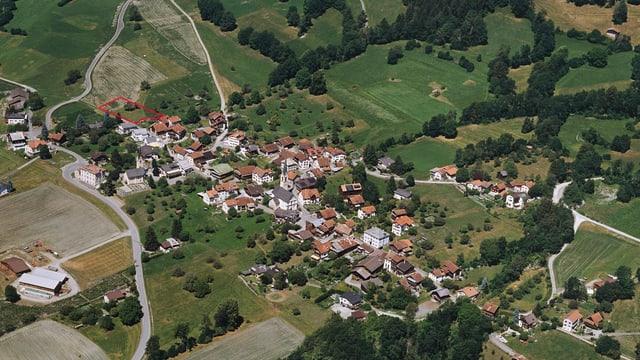 Il vitg d'Almens cun la zona «Pardieni» el nord dal vitg.