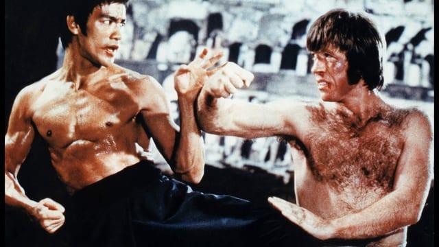 Zwei Männer kämpfen gegeneinander.