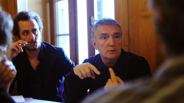 zwei Männer an einer Sitzung.