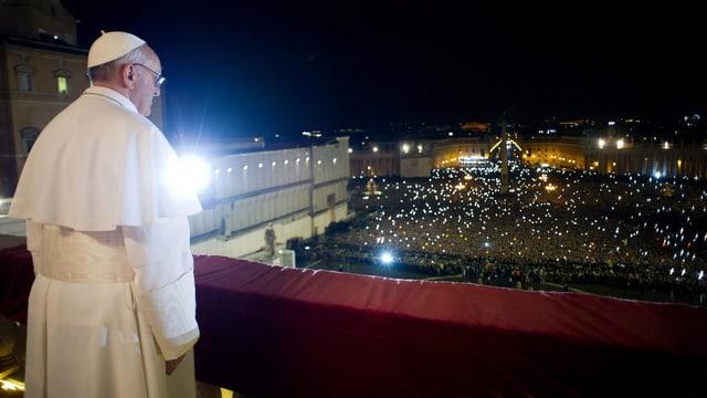 Papst Franziskus blickt nach seiner Wahl auf das Volk auf dem Petersplatz.
