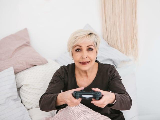 Frau Spielt mit Konsole.