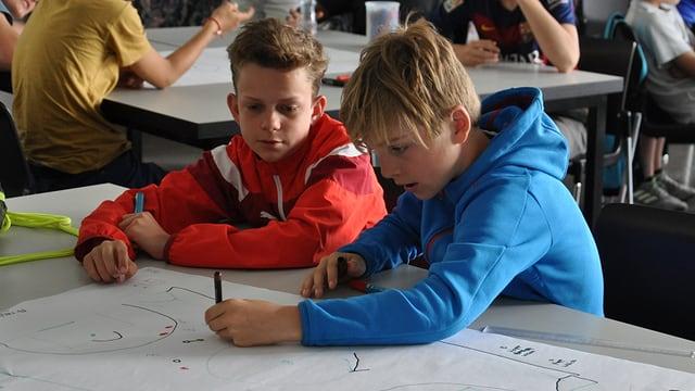 Schüler zeichnen am Pult