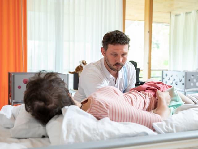 Christof Meiser am Bett einer Patientin