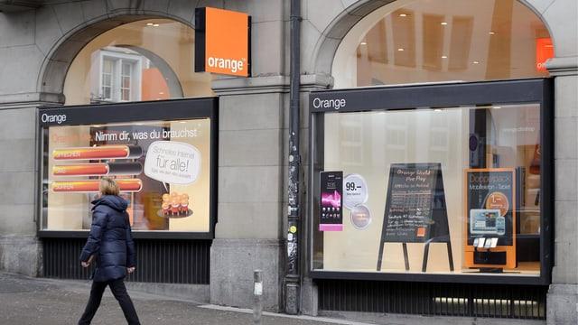 Ladengeschäft mit Orange-Logo.