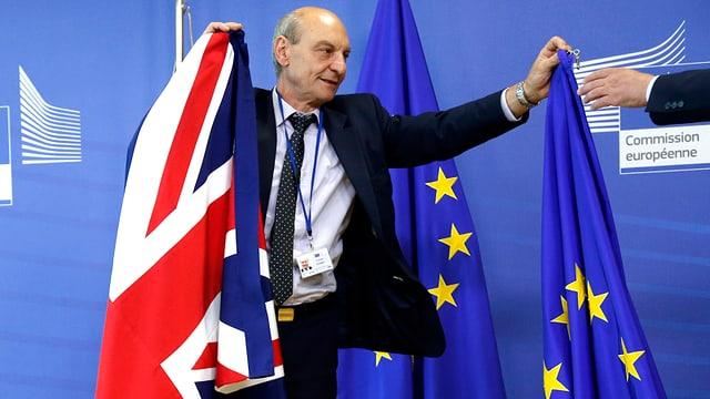 Mann mit britischer und EU-Fahne