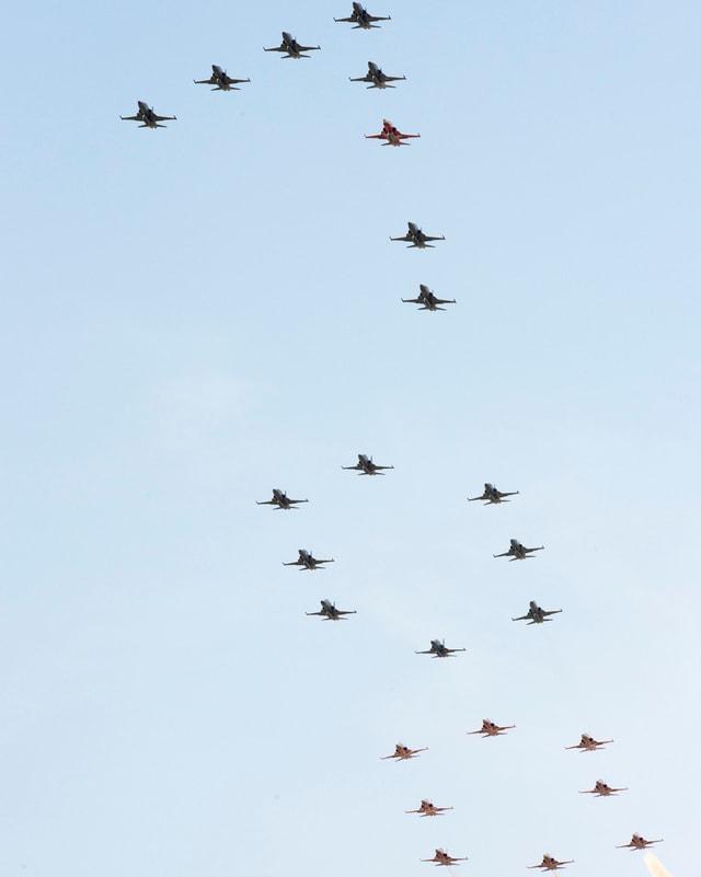 24 F-5 Tiger-Jets bilden zusammen eine Zahl «100».