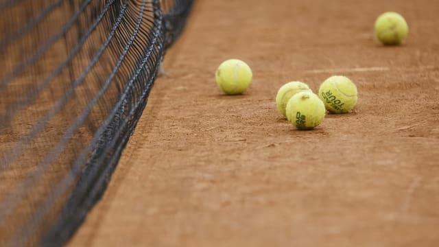 Purtret da balas da tennis sin ina plazza da giugar davant la rait.