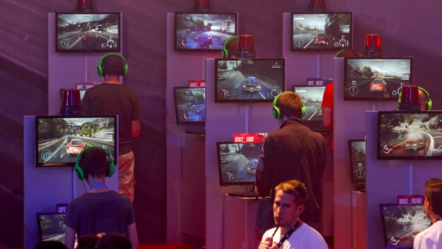 Besucher spielen Need for Speed
