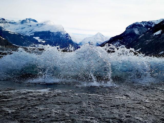 See mit hohem Wellengang und Gischt