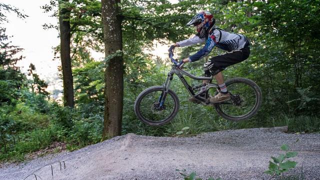 Ein Biker im Wald.