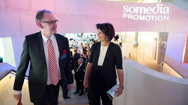 Andrea Masüger läuft mit Bundesrätin Doris Leuthard durch das neue Medienhaus