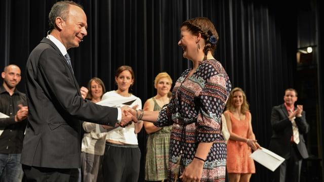 Sicherheitssvorsteher Richard Wolff (AL) gratuliert Rettungssanitäterinnen und -sanitätern zum Diplom.
