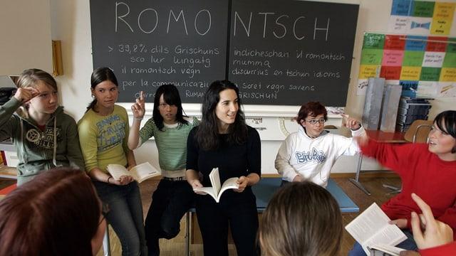 Ina classa da rumantsch ensemen cun la scolasta.