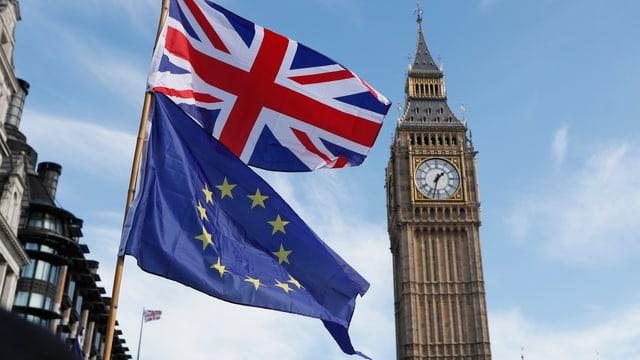 Britische Flagge über EU-Fahne im Hintergrund der Glockentrum des britischen Parlaments.