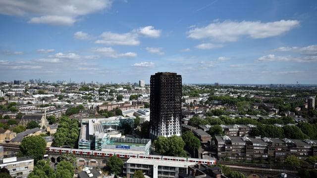 Tower von weitem fotografiert.