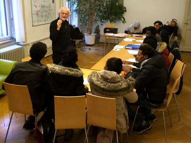 Leonhard Schmid steht vor seinen Schülern.