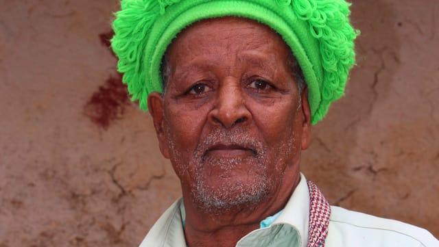 Ein Mann mit neongelber Mütze