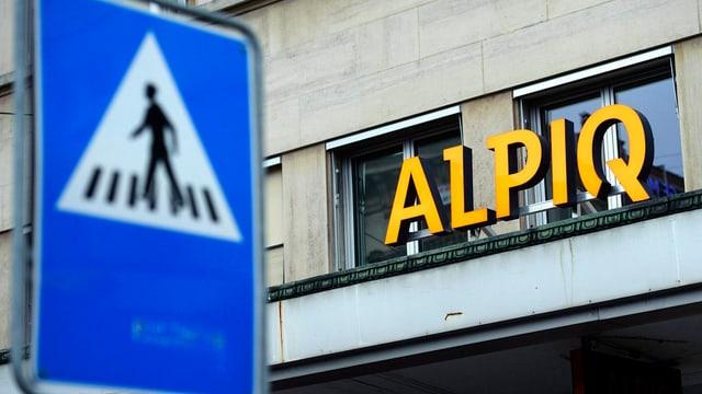 Logo von Alpiq an einem Gebäude