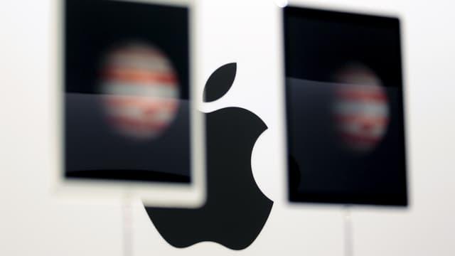 Das Apple-Logo ist hinter zwei iPad-Pro-Tablets zu sehen.