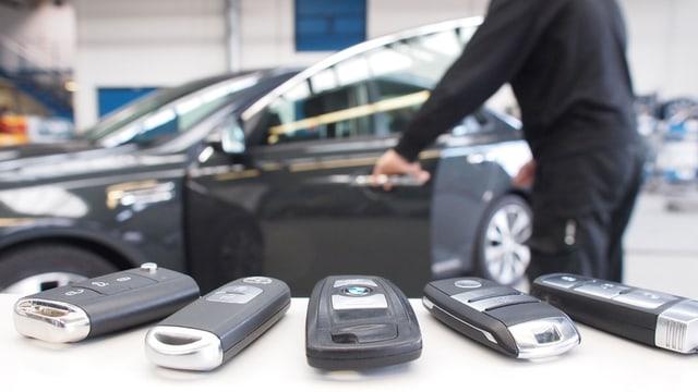 Keyless-Geräte vor einem Auto.