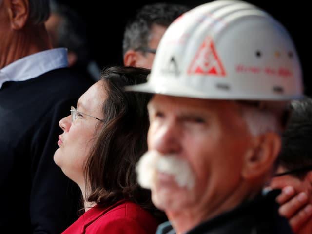 Nahles steht hinter einem Stahlarbeiter