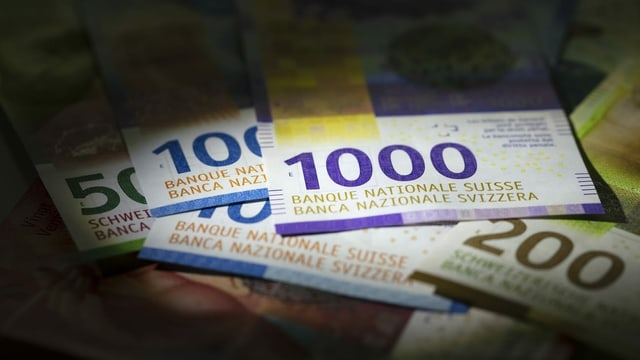 Verschiedene Schweizer Banknoten liegen übereinander.