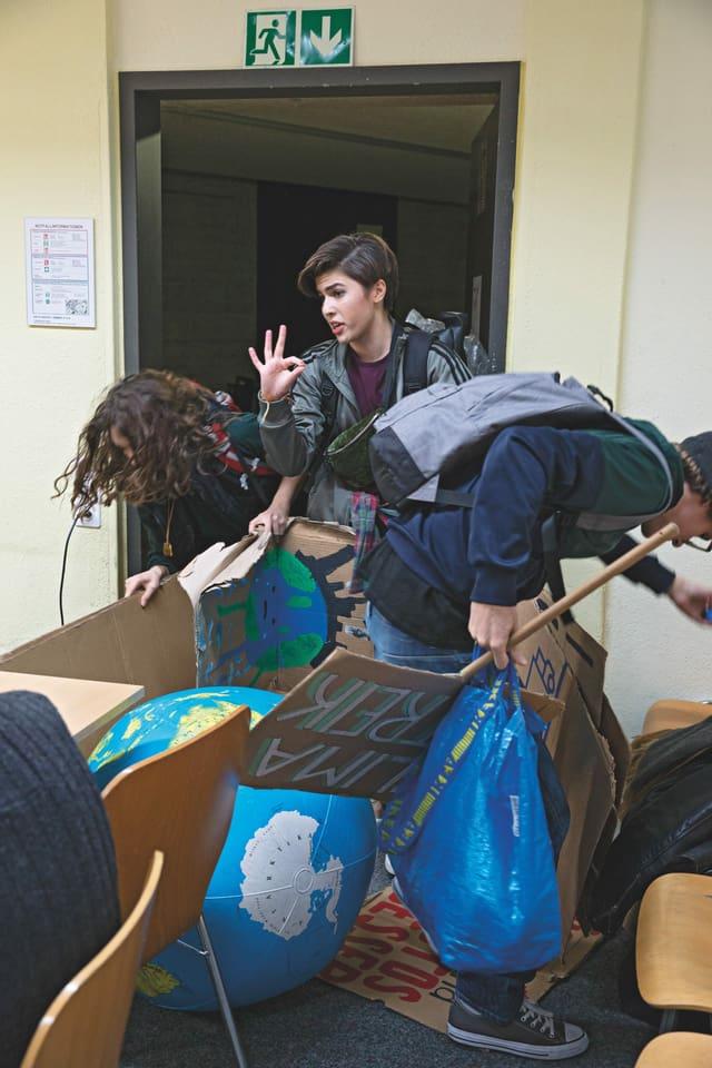 Zwei Schülerinnen und ein Schüler beim Klimastreik im Klassenzimmer