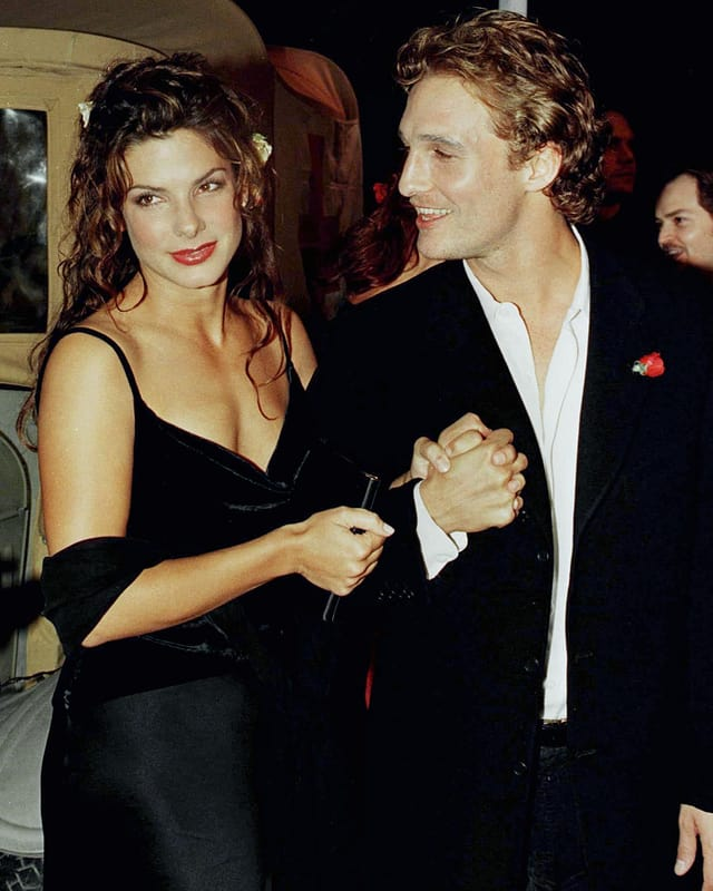 Sandra Bullock und Matthew McConaughey halten sich am Arm und sind sehr jung