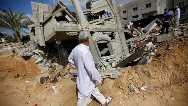 Ein Palästinenser begutachtet die Überreste eines zerstörten Hauses im Gazastreifen.