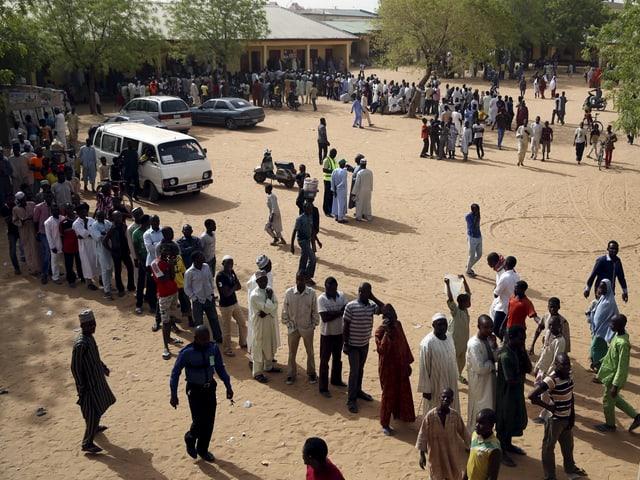 Schlange vor Wahllokal