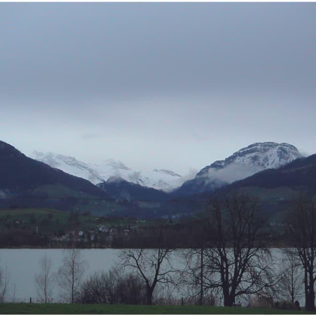Ein grauer Wolkendeckel hängt über den Bergen, man sieht kaum in die Ferne.