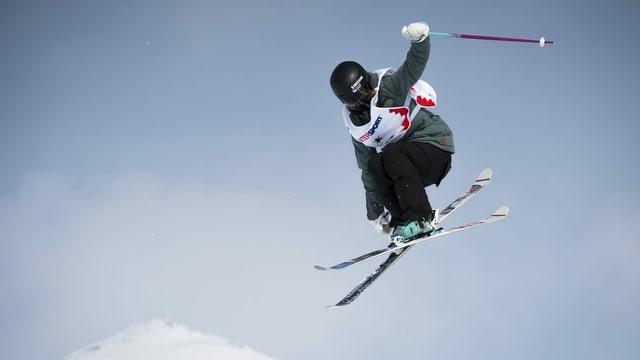 Giulia Tanno cun skis en l'aria.