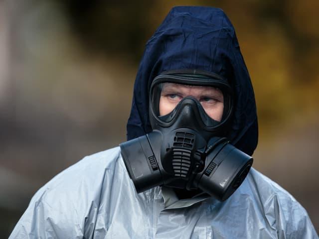Mann mit Schutzanzug am Tatort in Salisbury.