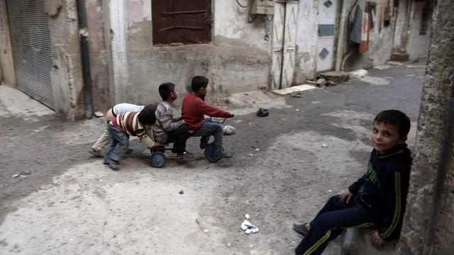 Spielende Kinder in einer Strasse