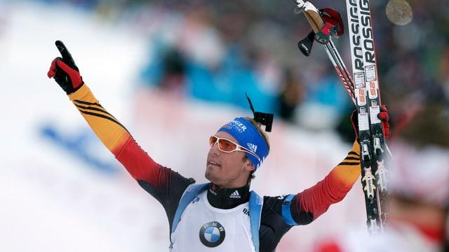 Der deutsche Biathlet Simon Schempp lässt sich vor heimischem Publikum feiern.