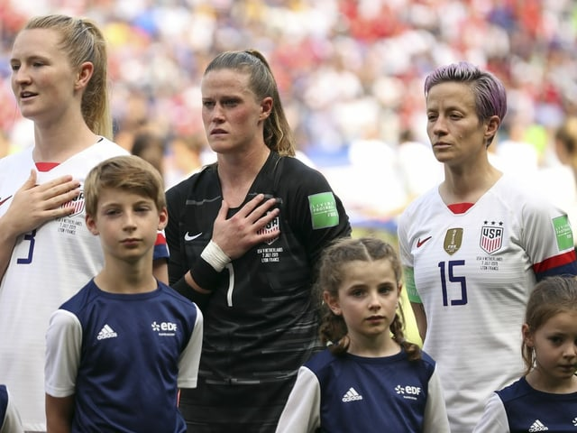 Das US-Frauenteam bei der Hymne an der WM 2019