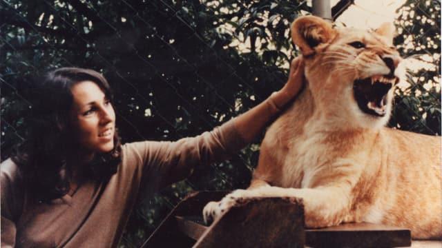 Vera Dillier streichelt einen Löwen.