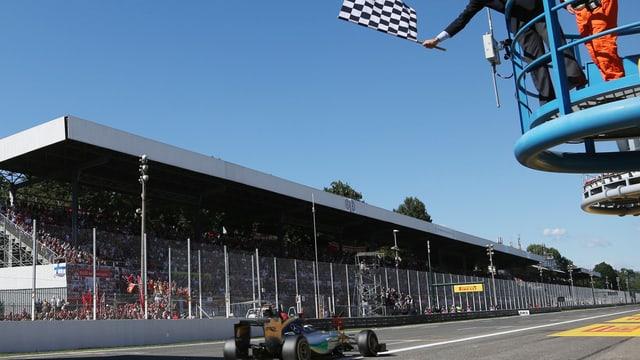Lewis Hamilton sieht bei der Zieldirchfahrt die schwarz/weisse Flagge.