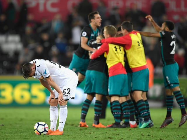 Southampton feiert den wichtigen Sieg im Abstiegskampf gegen Swansea.