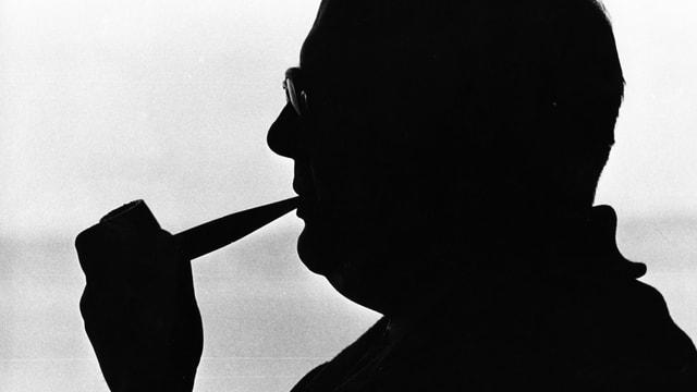 Silhouette eines Mannes mit Pfeife.