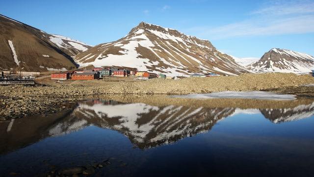 Ödes Felsland an einem Fjord.