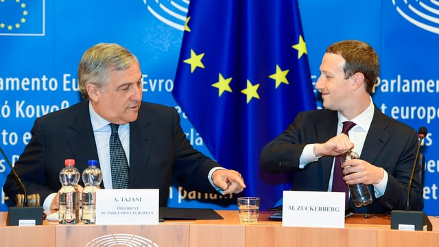 Mark Zuckerberg (dretg) ensemen cun il president dal parlament da l'UE Antonio Tajani.