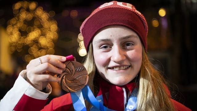 Bianca Gisler cun medaglia da bronz