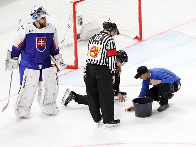 Der Eismeister flickt während einer Partie das Eis.