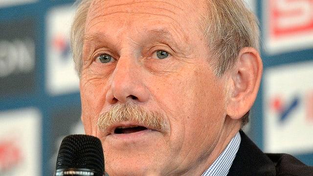 Hansjörg Wirz an einer Pressekonferenz.