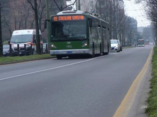 Bus fährt auf einer Strasse.