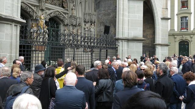 Die Gäste der Trauerfeier vor dem Münster.