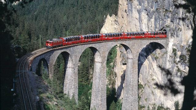 Tren sin il viaduct da la Landwasser.