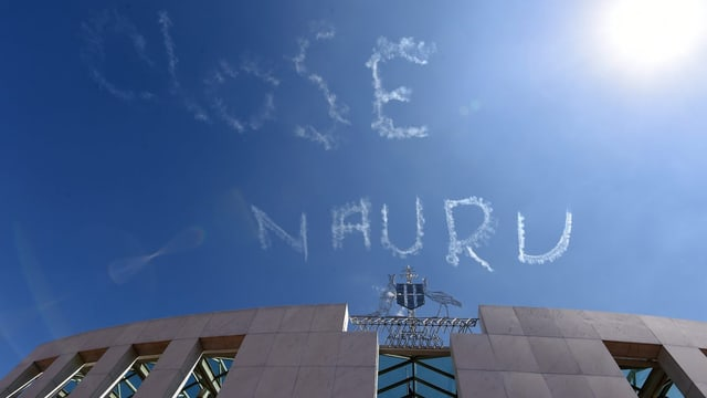 Close Nauru in Himmel geschrieben.