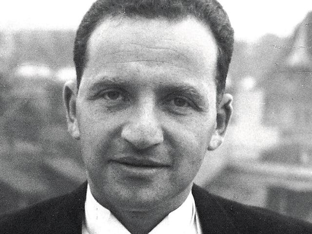 Portait Emil Raas 1944 in schwarzem Anzug und weissem Hemd